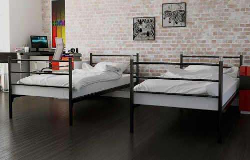 Po rozložení patrové postele vzniknou dvě samostatné kovová lůžka