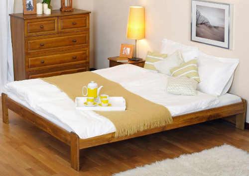 prostorná dvoulůžková postel z borovicového dřeva