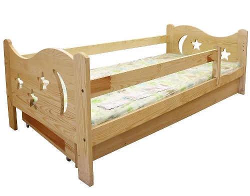 detska-postel-s-vyrezanou-nocni-oblohou-v-cele