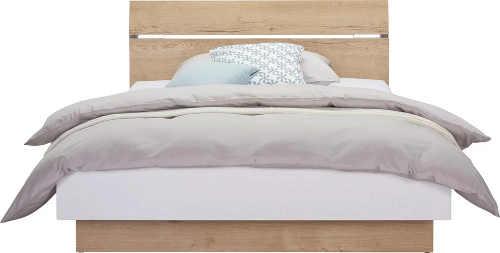 Dubová postel s výrazným dřevěným čelem
