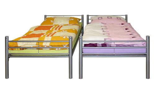 Kovová patrová postel rozložená na dvě samostatná lůžka 90 x 200 cm