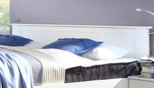 Manželská postel s ozdobným bílým čelem