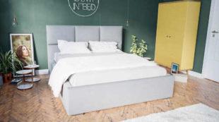 Čalouněná manželská postel s vysokým čelem a úložným prostorem