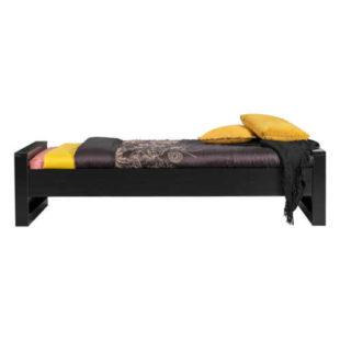 Jednolůžková postel z borovicového dřeva v minimalistickém designu