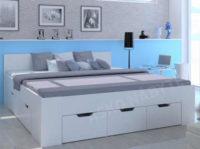 Manželská postel v bílém provedení s dostatkem úložného prostoru