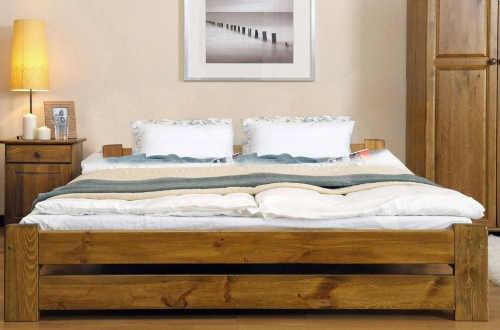 dřevěná vyvýšená manželská postel