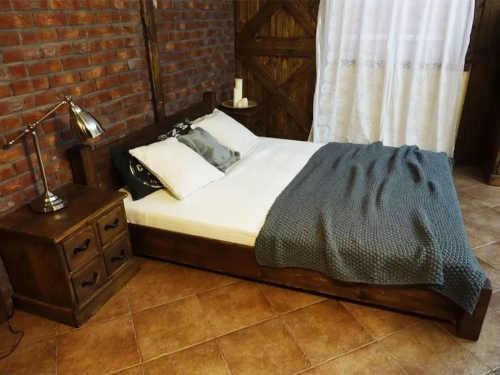 dřevěné dvoulůžko s roštem a matrací