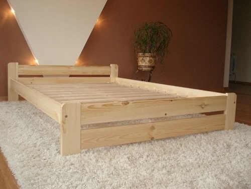 dvoulůžková postel vyvýšená z masivního materiálu