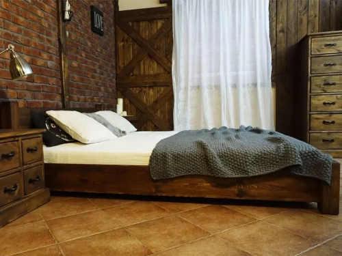 dvoulůžková postel z kvalitního dřeva