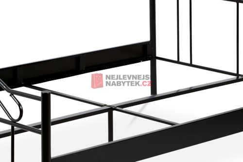 kovová postel v moderním provedení