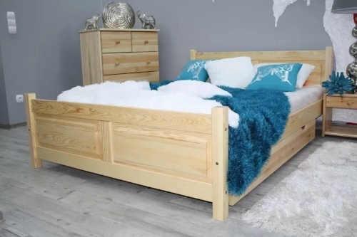 postel s matrací a roštem z borovice