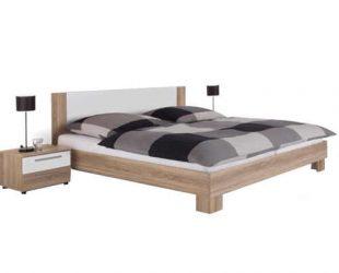 Nízká moderní manželská postel v přírodním dekoru s nočními stolky