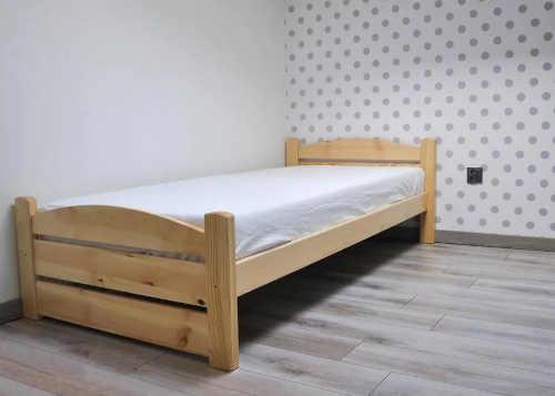 postel z masivu borovice