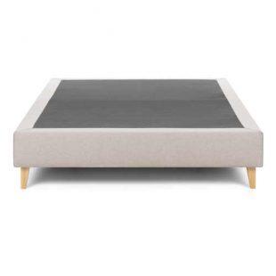 Nízká dvoulůžková postel v minimalistickém designu